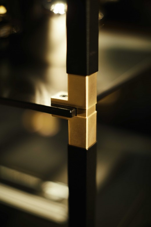 Regalsystem-TRack-schwarz-gold-Detail-Kesseboehmer-Eggers-Einrichten-Interior-Design-Muenchen-Inneneinrichtung-modern